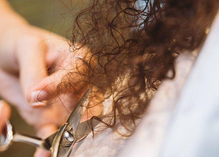 devacut stylist cutting hair