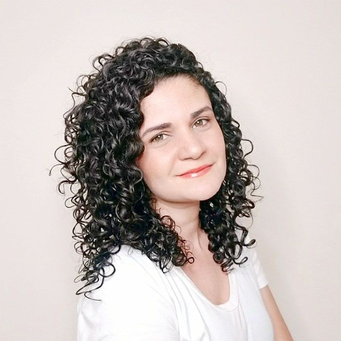 Brazilian woman with curly hair showing how her curls look when using a diffuser.