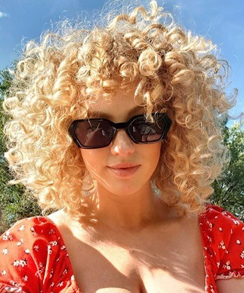 This Super Scrunch Method Will Give your Curly Hair Extra Volume and Definition