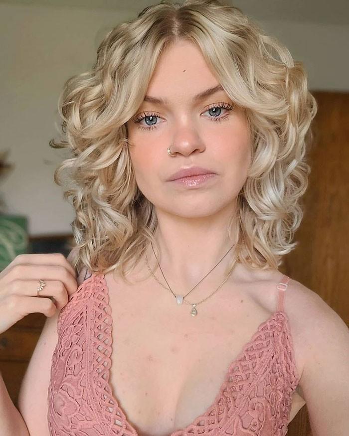 blonde-wavy-curtain-bangs