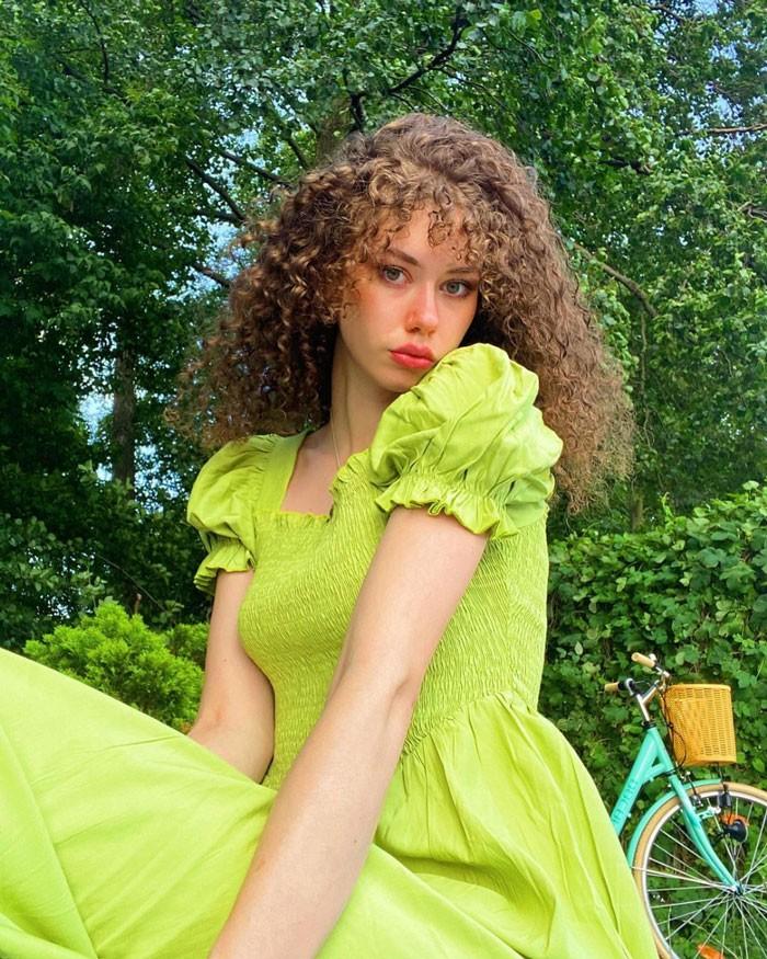 imsaskiaaa-curly-curtain-bangs